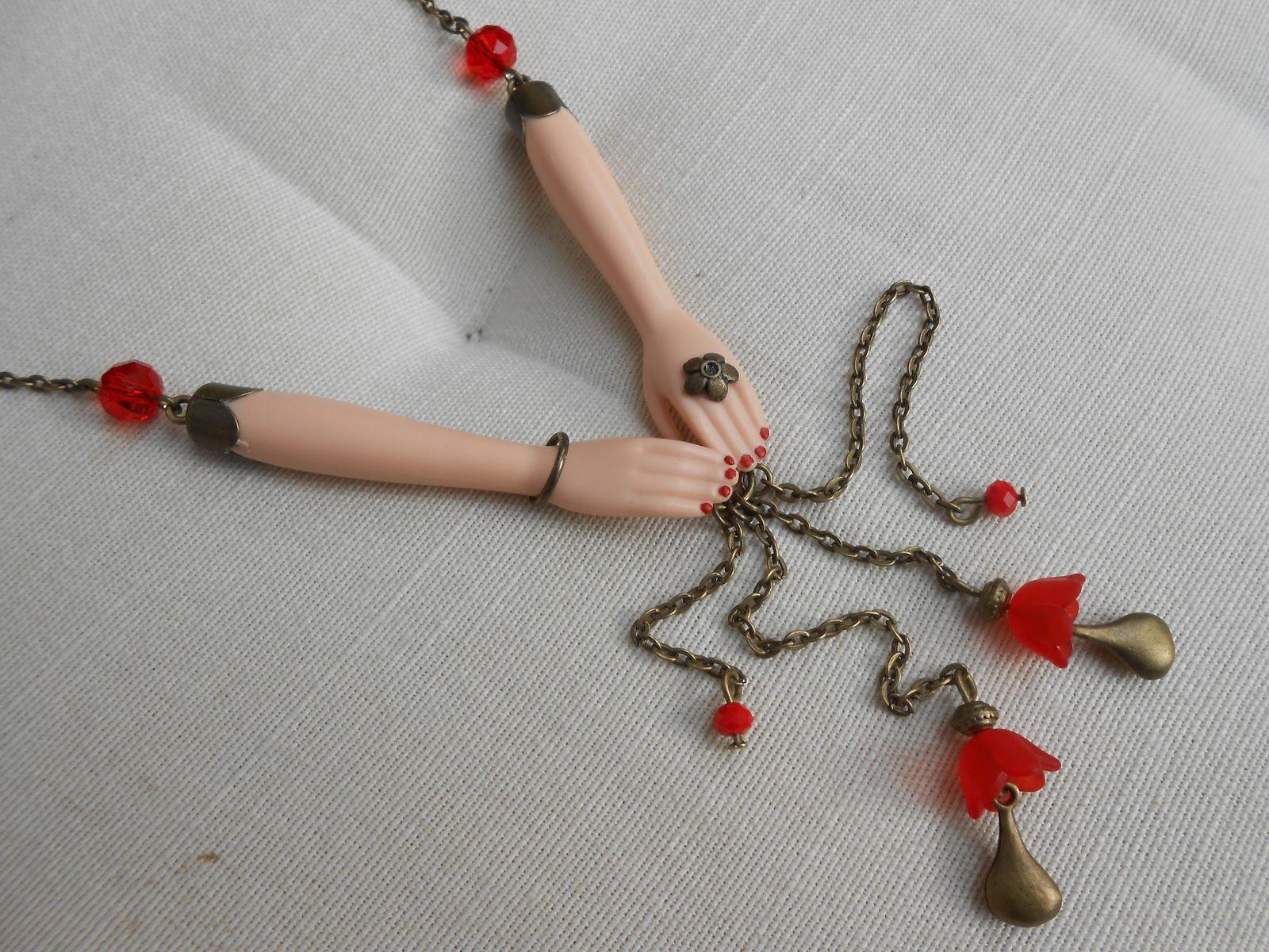 Des bijoux réalisés à partir de poupées Barbie