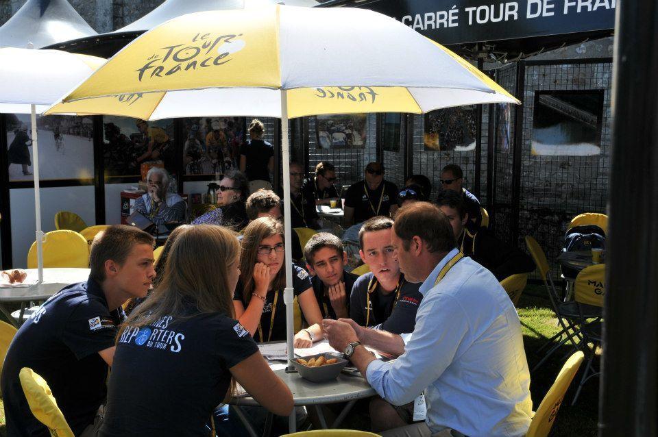 Les Jeunes Reporters du Tour 2012 en plein interview de Mr Prudhomme.