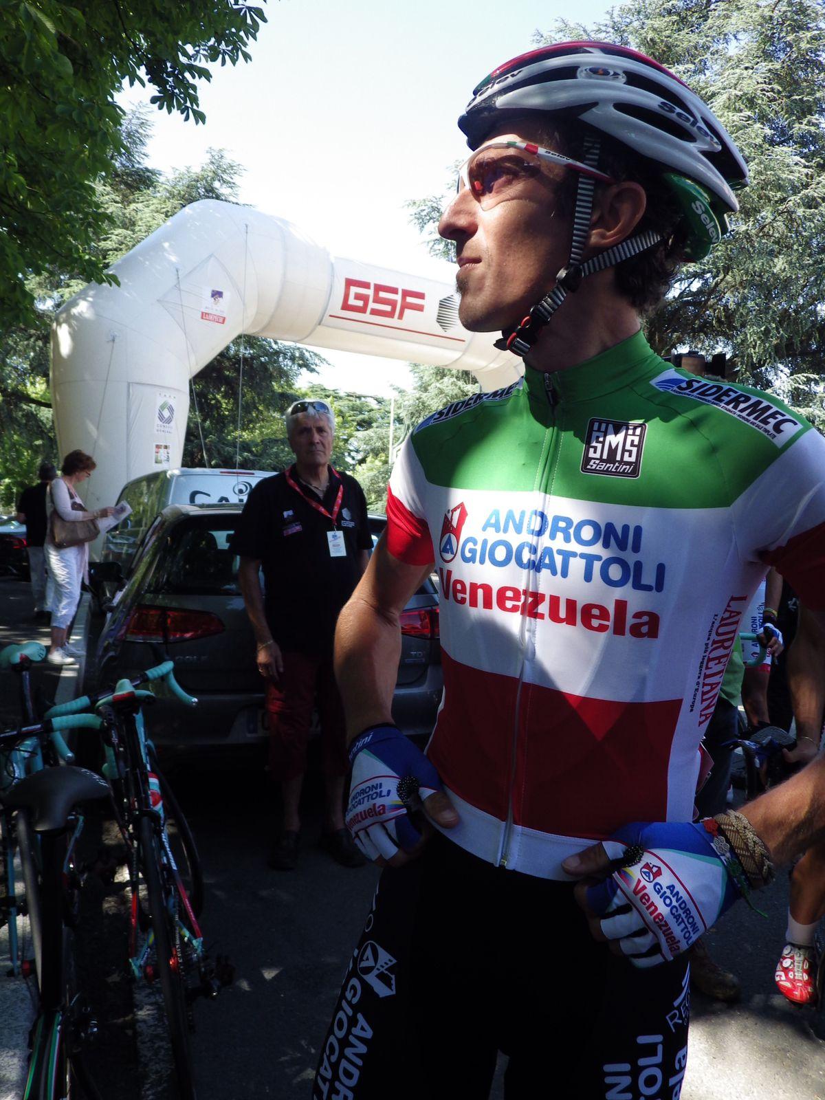 Pellizotti, tentera de garder son maillot vert, blanc, rouge.