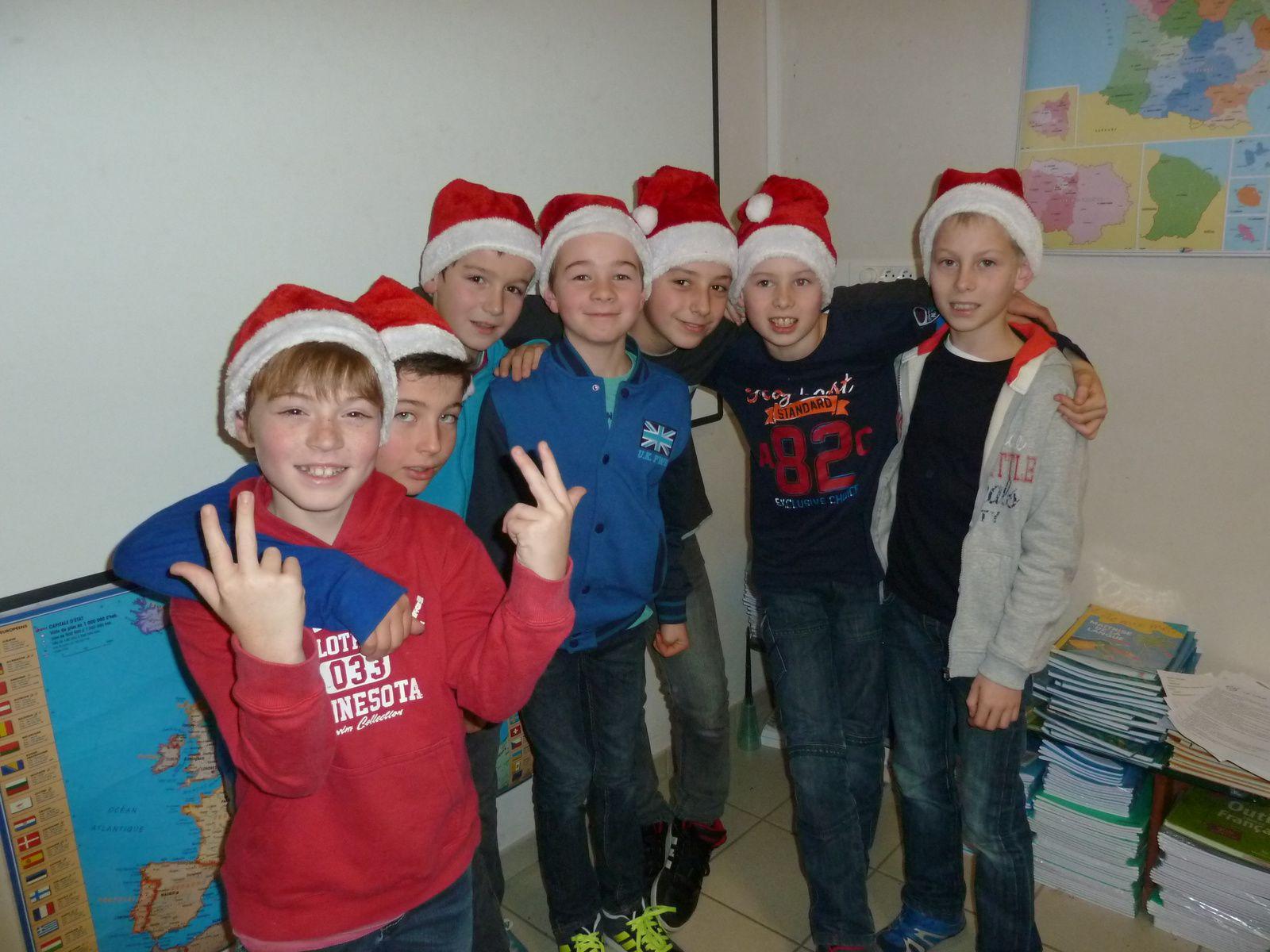 Les CM1-CM2 et leur maîtresse vous souhaitent joyeux Noël