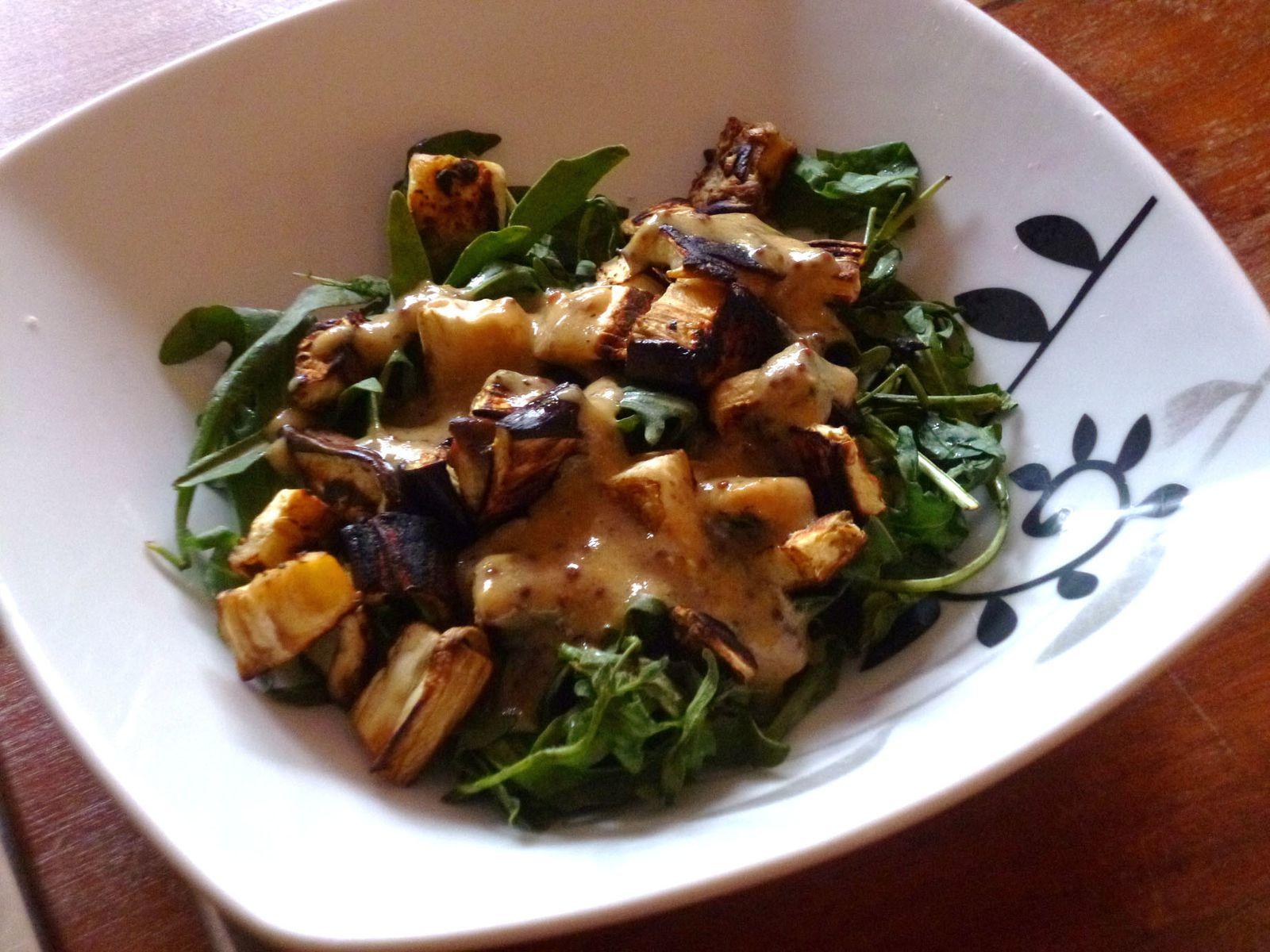 Salade chaude aubergine grillée et sauce moutarde