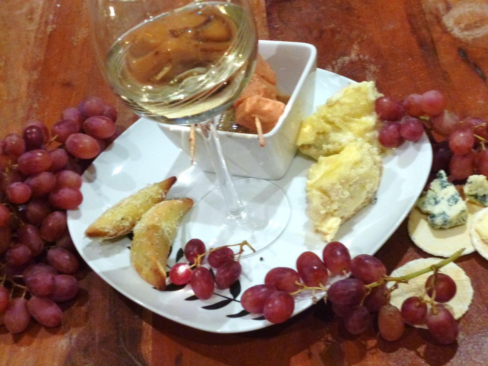 Apéro gourmand : cheesecake aux trois fromages, cornes de gazelles végétariennes et guimauves tomate-moutarde