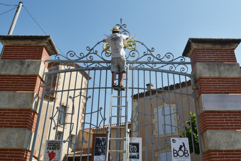 Maison des associations avec Armand et Joseph dans le rôle des décorateurs des rues !