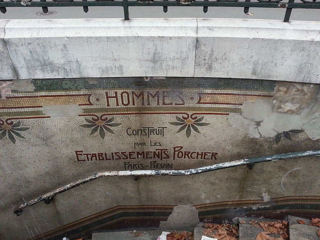 LES TOILETTES PUBLIQUES À DROITE DE L'ÉGLISE DE LA MADELEINE, classées monument historique sont condamnées et dans un été lamentable !