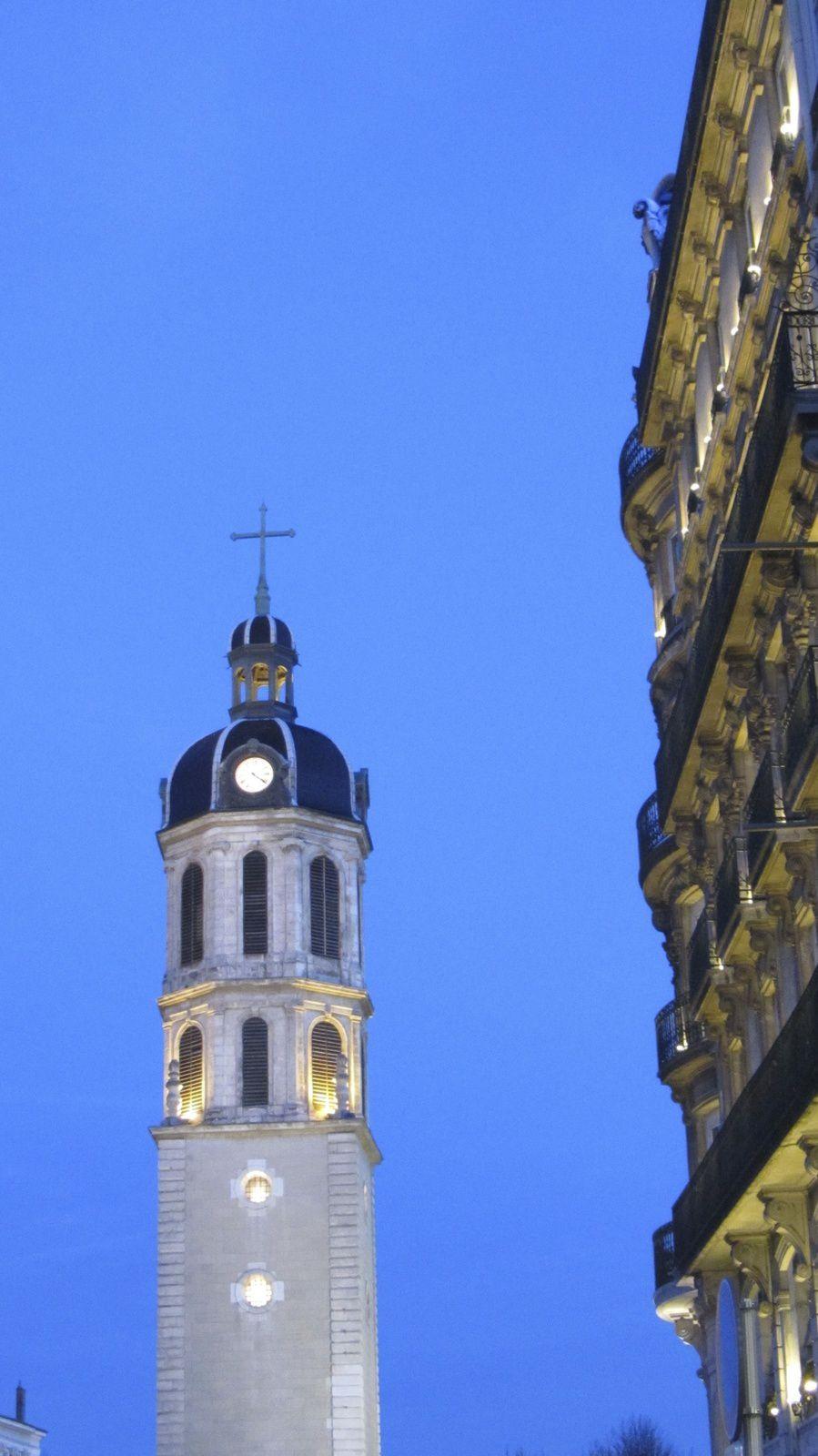 En sortant du musée, nous avons eu le plaisir d'admirer Notre Dame de Fourvière et Lyon a aussi sa grande roue !!
