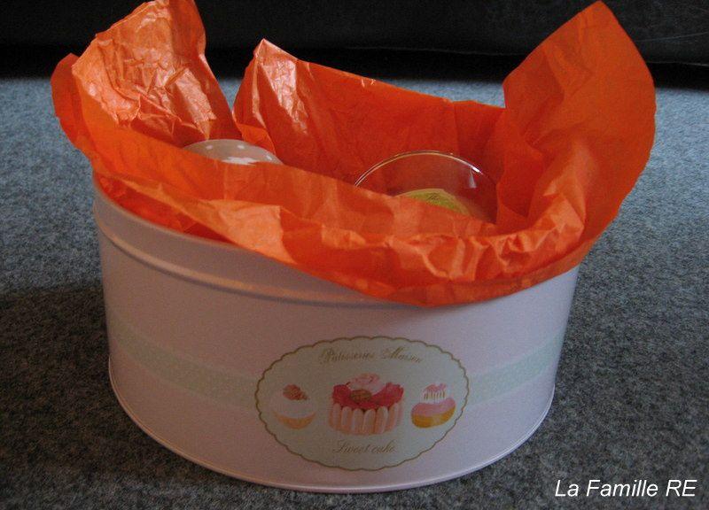 Dans le détail, pour la maîtresse... : une tasse, une petite bougie, une boîte et quelques gourmandises chocolatées...