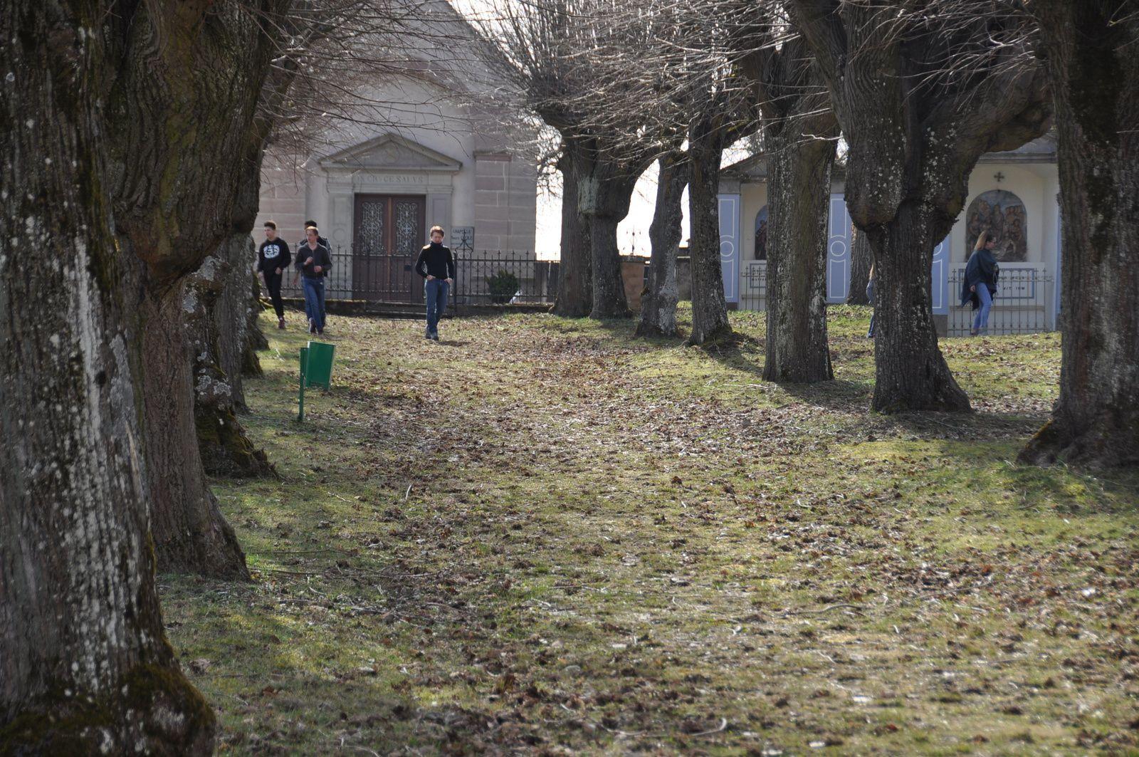 Petit jeu dans le parc du chemin de croix pour profiter du soleil après la messe.