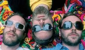 Allo c'est qui ? et bien c'est &quot&#x3B;Archie Bronson Outfit&quot&#x3B; un nom long et terrible et pourtant 10 ans que les cocos font du rock  en Angleterre entre Black Keys et  Clinic, &quot&#x3B;wild crush&quot&#x3B; nouvel album et &quot&#x3B;we are floating&quot&#x3B; nouveau titre c'est archi bien !