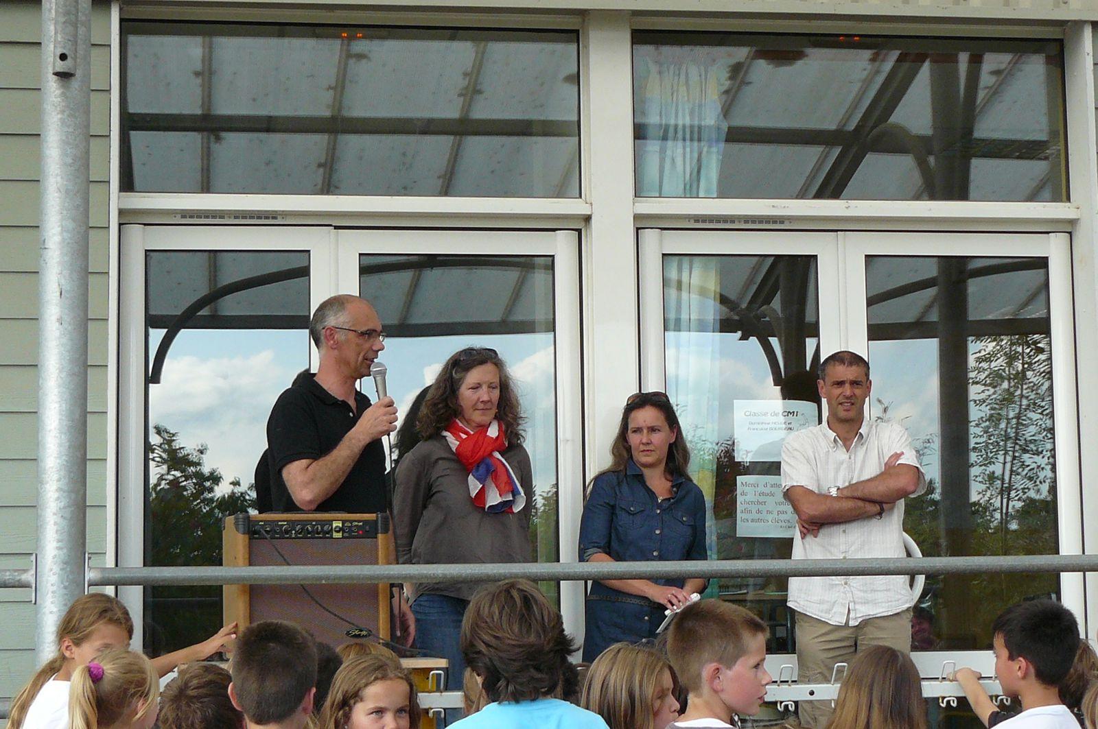 Anne Gustave entourée de Dominique Heude, chef d'établissement, Sonia Le Bourhis, présidente Apesco et Benoit Lemoine, président Ogec.