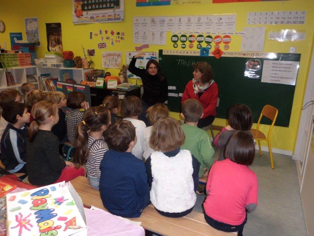 Bétarivcce et Tania devant les élèves de GS-CP