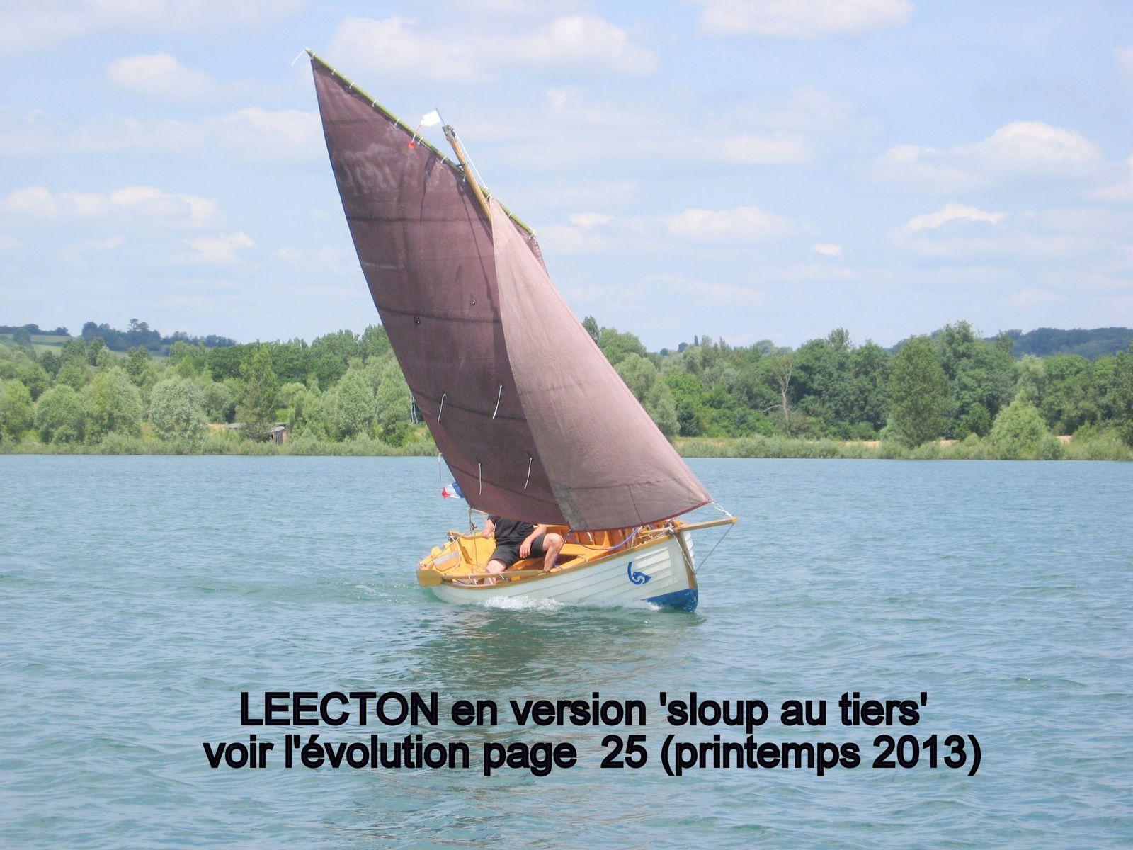 Désormais LEECTON dispose de deux types de gréements différents:  Celui d'origine (misainier) et le nouveau (sloup au tiers / voir les détails de l'évolution page 25)
