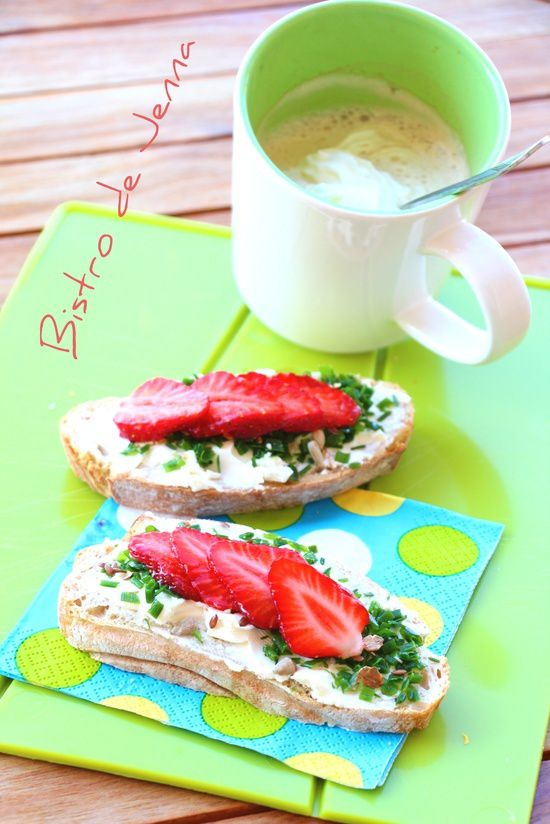 Tartine avec du fromage nature, ciboulette et fraises- Kanapka z serkiem szczypiorkiem i truskawka