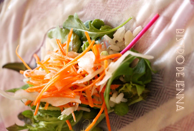 feuilles de riz jeunes pousse de Red Chard et roquettes un petit bol de riz basmati cuit 2 carottes 1/4 de moitié de chou blanc un demi verre de petits pois vert a écossé cuits