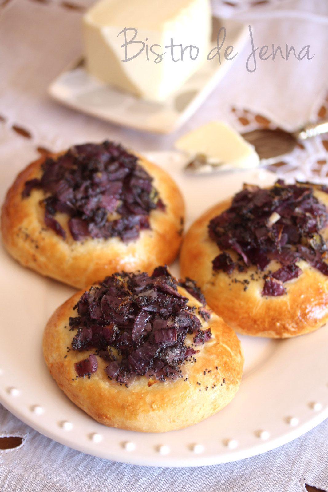 Petites pains aux oignons rouges