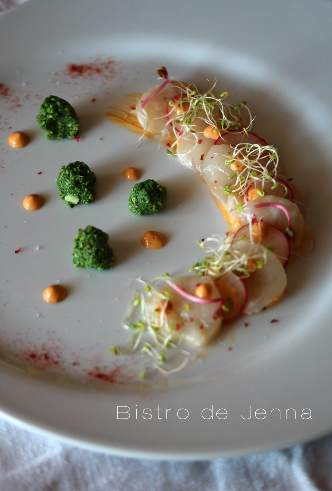 Noix de Saint-Jacques en carpaccio, corail crémé, radis et son pesto de fanes