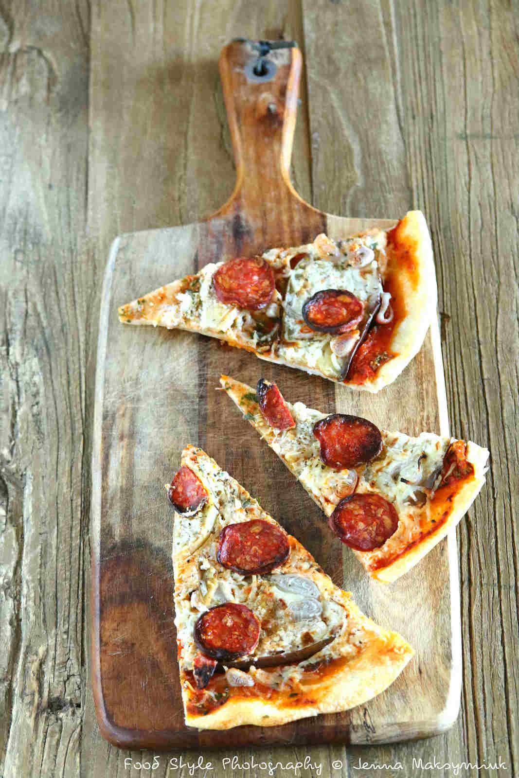 Pizza fine aux aubergines grillées, persillade et chorizo