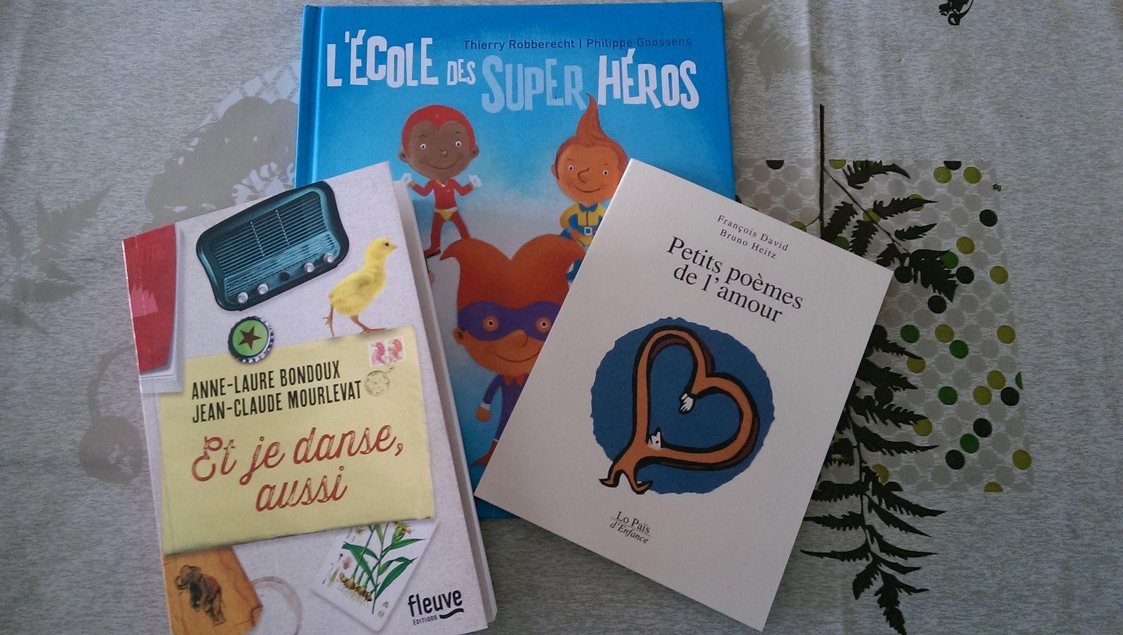 3 livres : un recueil de poèmes, un album pour mon fils, et un roman que je voulais trop lire !!!!