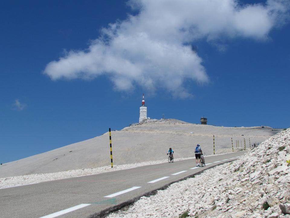 Les derniers kilomètres font vraiment mal aux jambes. Certains cyclistes marchent à côté de leur vélo. Le Mont Chauve porte bien son nom.
