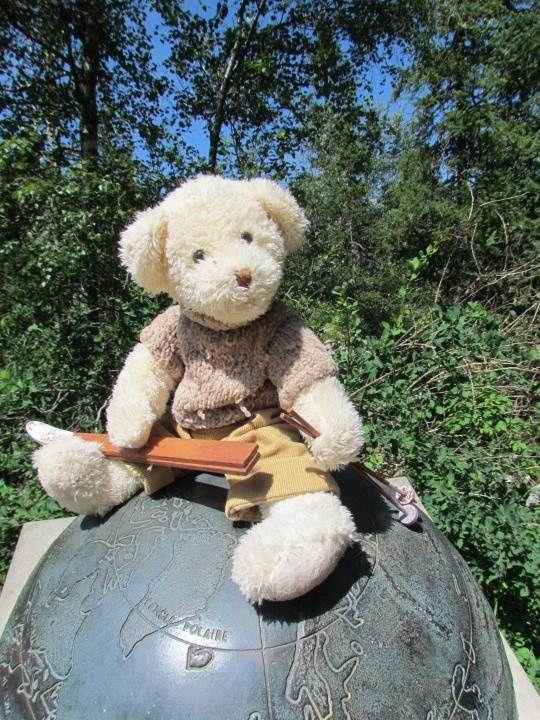 Et oui, je n'étais pas seul lors de ce périple, j'avais emmené Gontran, notre ourson skieur qui adore les coins sauvages du Vercors, de la Charteuse, de Belledonne,etc... Cette photo est prise sur la stèle qui présente le 45ème parallèle