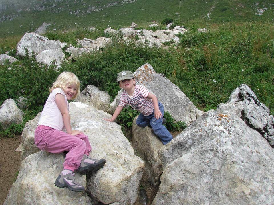 Margaux et Corentin jouent dans les rochers couverts de sel (pour les moutons)