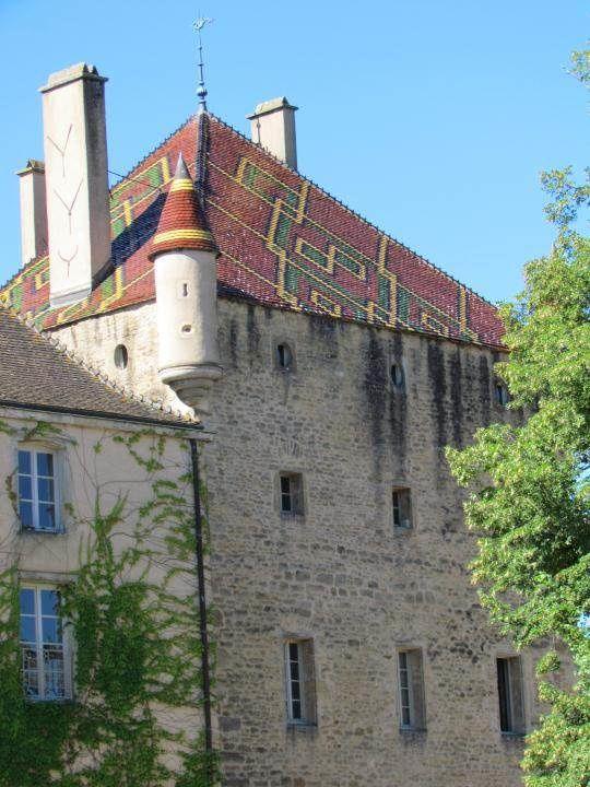 Un toit bien colorée dans la tradition des toits bourguignons. La France nous offre un patrimoine exceptionnel, nous nous sommes régalés.