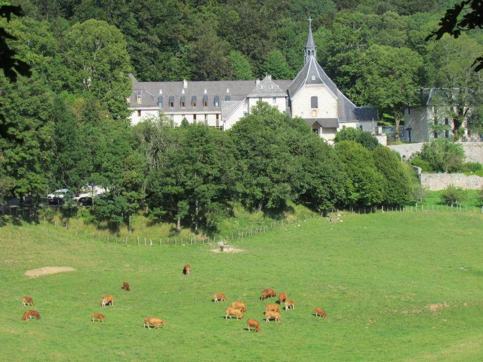 Les prairies bien vertes autour du monastère de Notre-Dame de Chalais