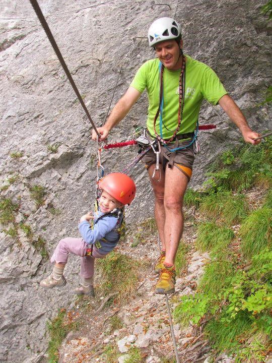 Avec son mètre (100 cm), Corentin est trop petit pour parcourir le pont népalais. La solution est donc de pendre Corentin au bout d'une sangle au câble et de le déplacer à la main jusqu'à l'autre bout du pont. Cette méthode lui plait bien. Une après-midi qui a ravi les enfants malgré leurs états fiévreux. On vous rassure, à leurs âges (Corentin 3 ans le lendemain, Margaux 4 ans et demi) on ne fera pas de parcours plus durs ou plus aériens.
