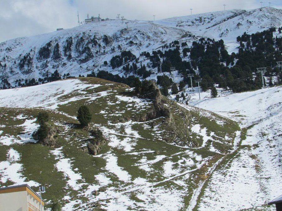 L'hiver n'est pas encore là. Au bout de quelques heures, la neige fond à vue d'oeil alors que la Croix de Chamrousse a été skié l'avant veille.