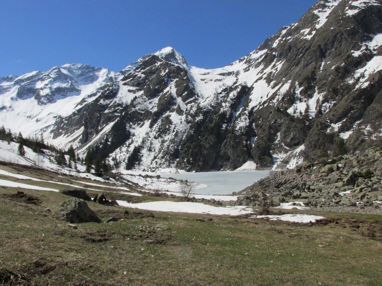 Le Lac Lauvitel est encore gelé mais le dégel s'annonce imminent.