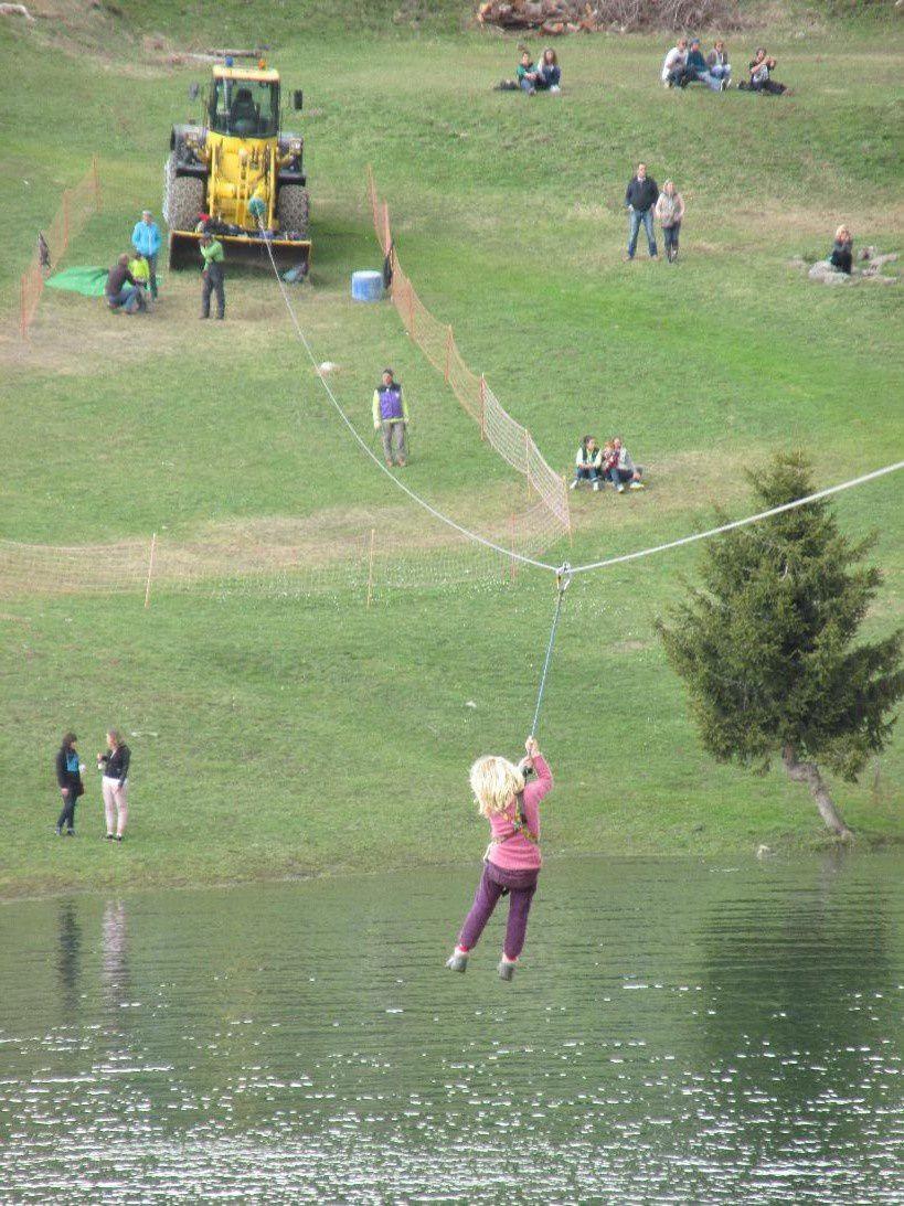 Margaux traverse le lac sur une Tyolienne de 250 m, heureusement, bien sécurisée. Bravo!