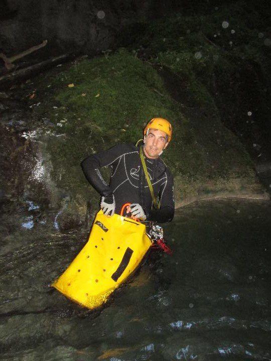 Lors de la première descente, nous avons mis la corde par sécurité. Lors de la deuxième descente nous avons sauté les 10 m puisque la vasque était assez profonde sans obstacles cachés sous l'eau