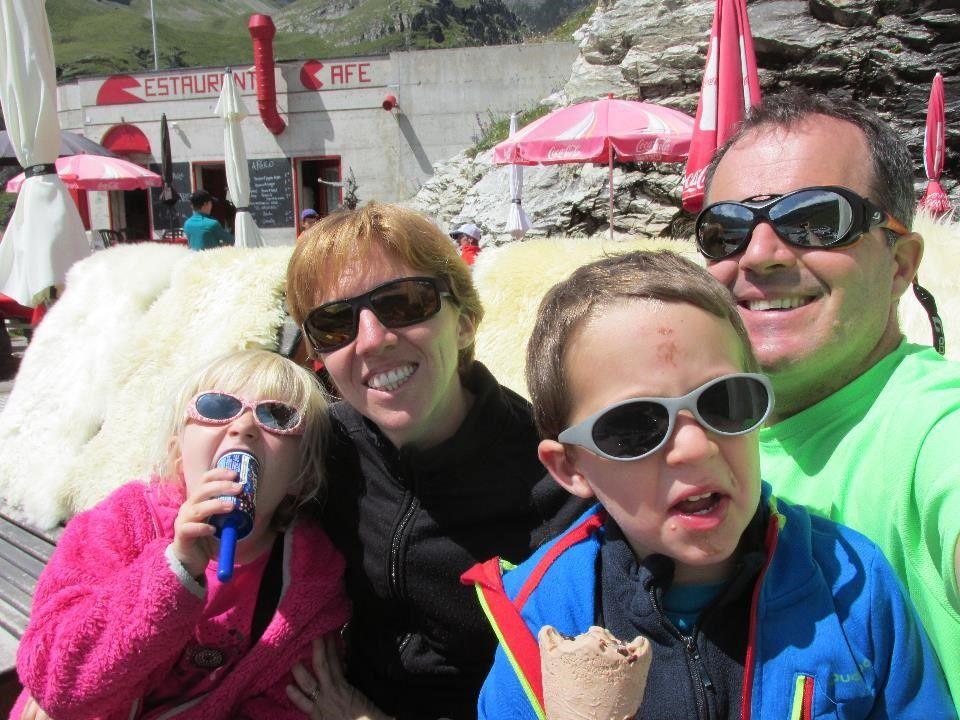 Une bonne glace assis confortablement sur des peaux de moutons à 2200 m d'altitude