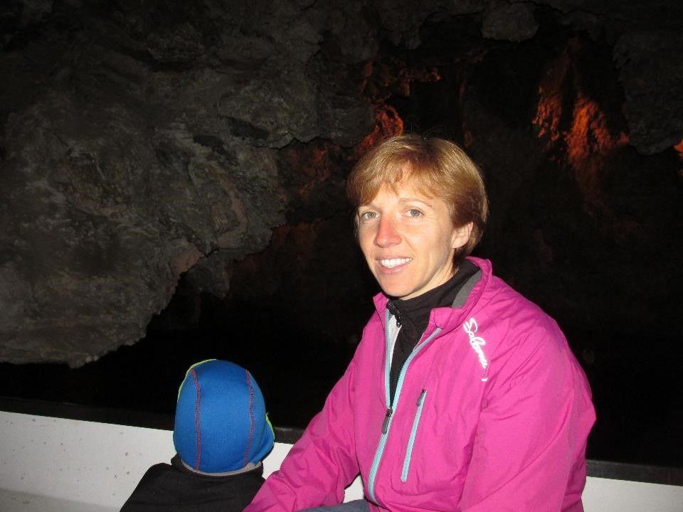 Dans la barque sur la rivière souterraine de Saint-Léonard, profonde de 300 m de long.