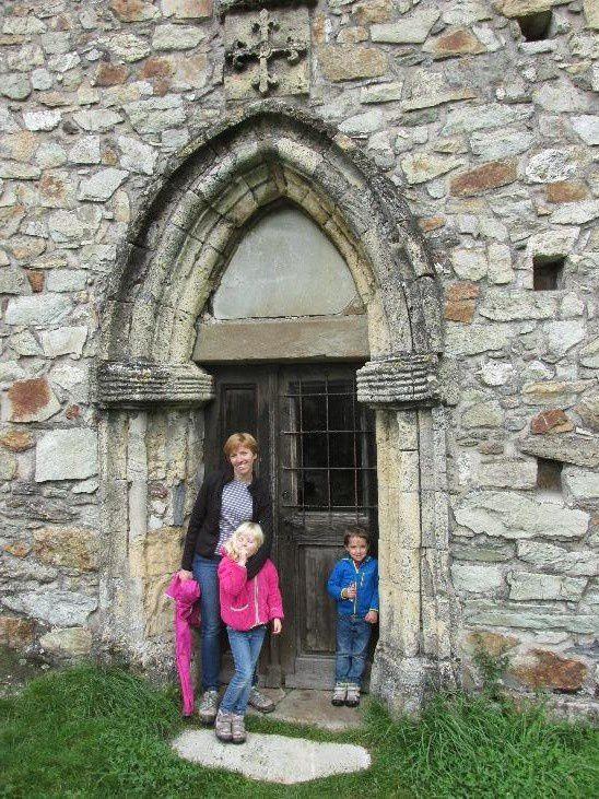 Le château médiéval de Sion, ses fresques de chevalier et son lion empaillé!