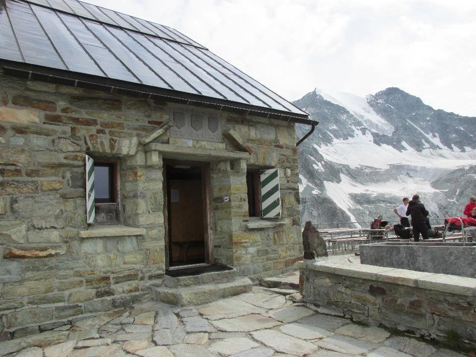 Le glacier de Moiry et sa cabane perché à 2825 m qui s'atteint après seulement 500 m de dénivelé depuis le parking
