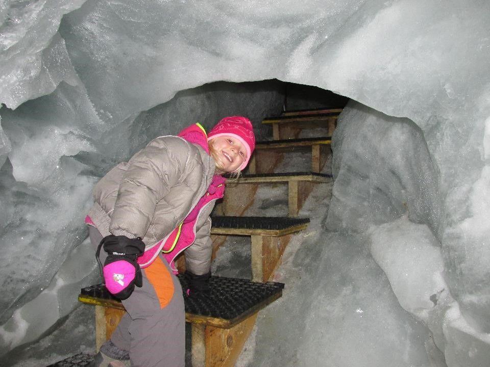 Visite du pavillon des glaces à 3500 m. Les efants découvrent le tobbogan le plus haut d'Europe!