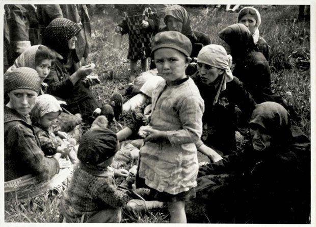 """""""Ces femmes et ces enfants ont été classés """"inaptes au travail"""" à leur arrivée à Auschwitz-Birkenau. Ils attendent à proximité du four crématoire IV pour être gazés. La grande majorité n'avait aucune idée de ce qui les attendait"""". Yad Vashem, World center for Holocaust."""