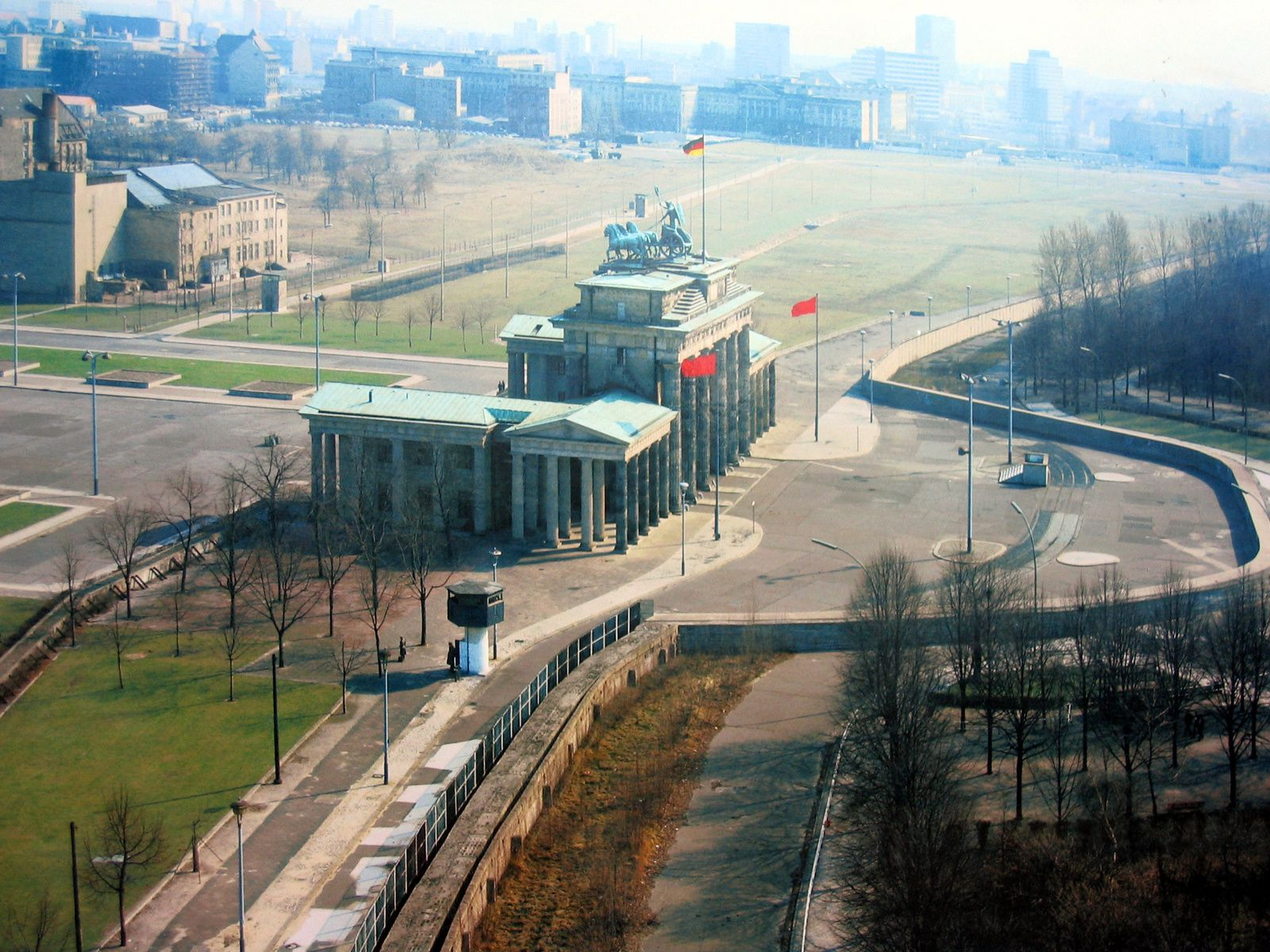 La porte de Brandebourg à Berlin Est, devant le mur