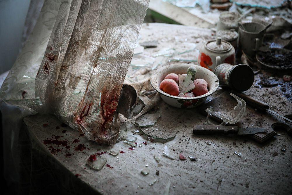 Table de cuisine dans une maison à Donetsk, Ukraine. Photographie de Sergei Ilnitsky.