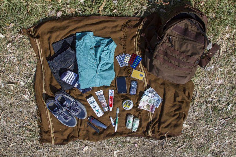Un pantalon, une chemise, une paire de chaussures, de chaussettes, 100 dollars, 100 livres turques, du dentifrice, sa brosse à dent...