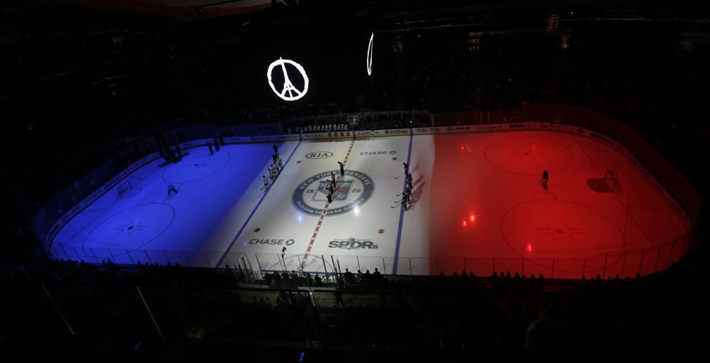 New York, le 16 novembre 2015 Au Madison Square Garden, coloré en bleu blanc rouge, avant un match de hockey sur glace opposant les Toronto Maple Leafs aux New York Rangers. © Adam Hunger / USA TODAY Sports / AFP
