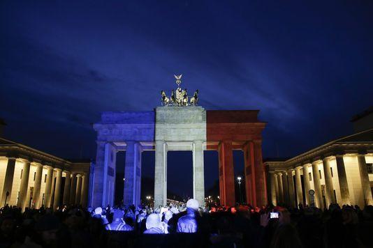 La porte de Brandebourg, à Berlin, parée de bleu, de blanc et de rouge enhommage aux victimes des attentats àParis. Markus Schreiber/AP