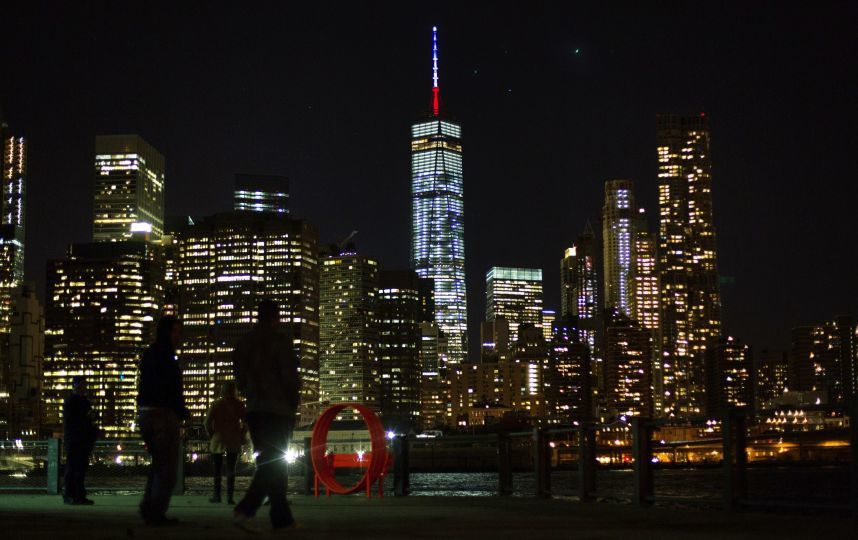 Le One World Trade Center en bleu, blanc et rouge en honneur des victimes des attentats, vendredi. Photo: Kevin Hagen/AP/SIPA