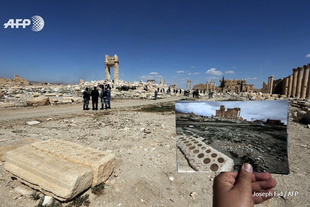 Une photo du Temple de Baal à Palmyre prise en mars 2014, et ce qui reste du monument le 31 mars 2016 après sa destruction par l'Etat islamique six mois plus tôt (AFP / Joseph Eid)