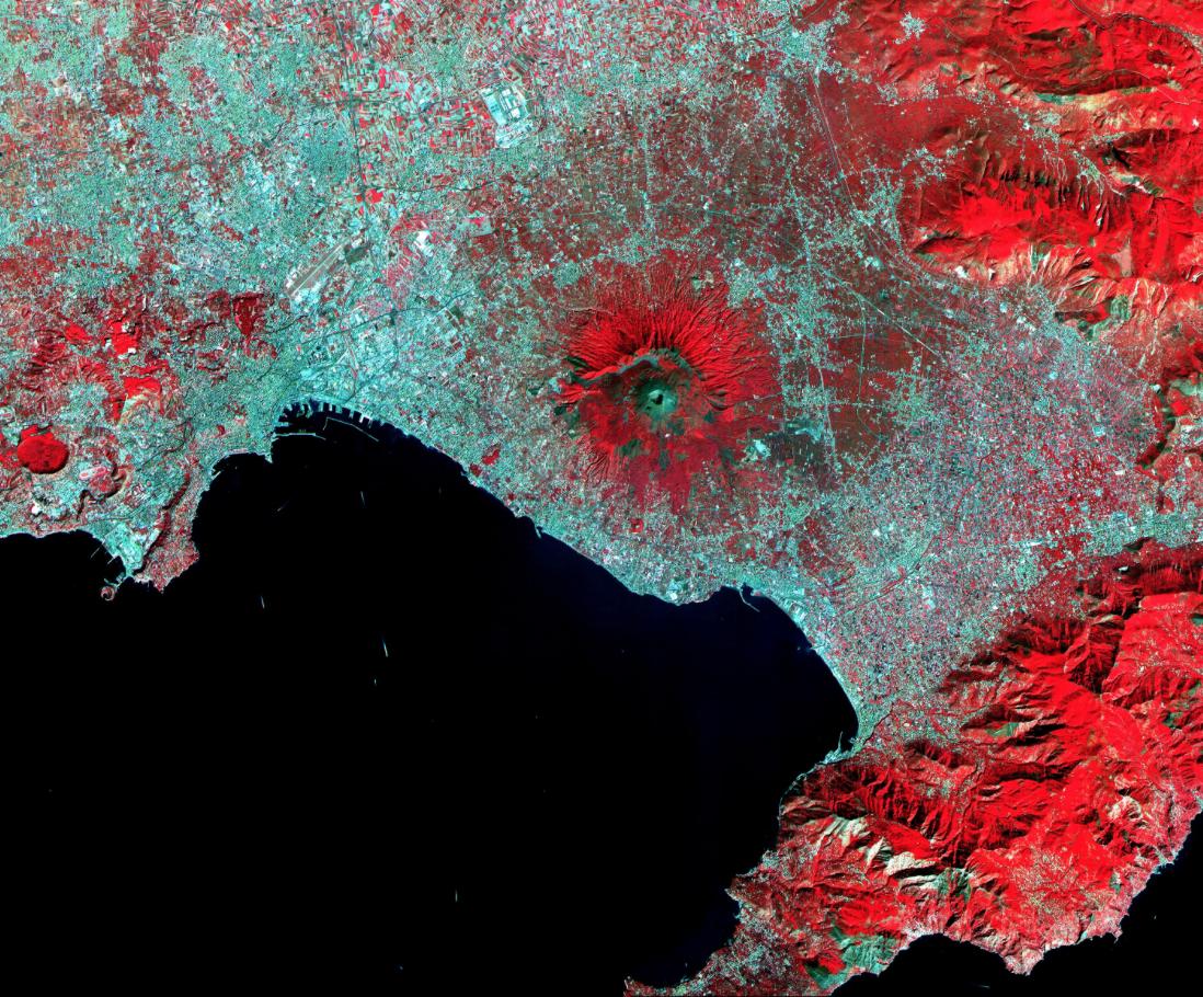 Mt. Vesuvius, Italy. Le Vésuve domine la baie de Naples en Italie centrale. Image acquise le 26 Septembre 2000 et couvre une superficie de 36 par 45 km.