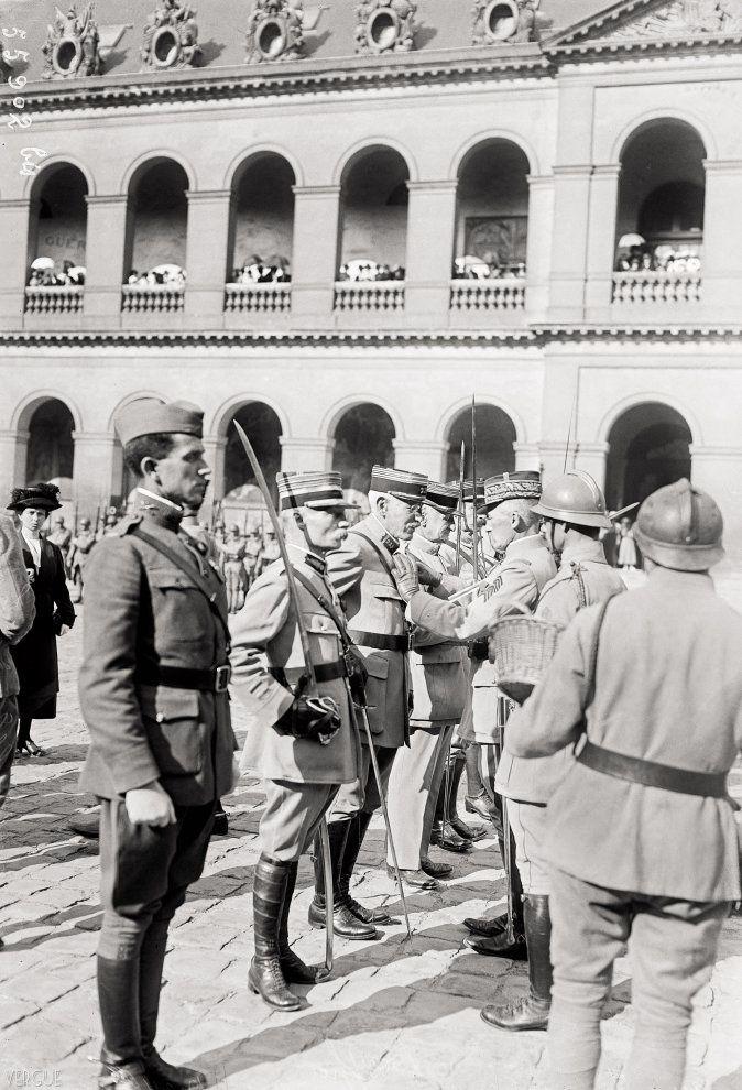 Élévation du lieutenant-colonel Alfred Dreyfus au grade d'officier de la Légion d'honneur. Cour d'honneur des Invalides, Paris VIIe. 11 septembre 1919. BNF, Paris