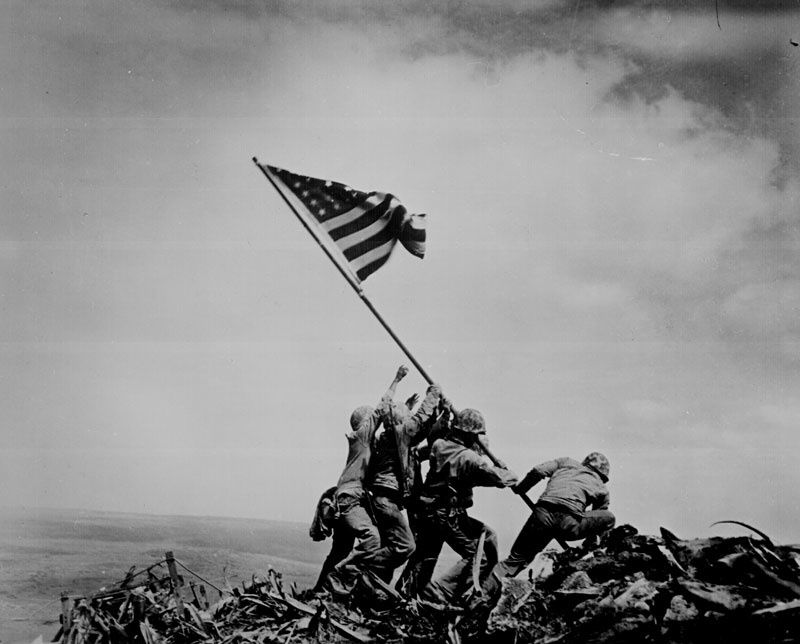 """Raising the flag on Iwo Jima"" (23 février 1945), photographie de Joe Rosenthal. Source : The U.S. National Archives and Records Administration"