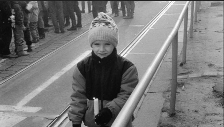 """""""Nous voulions la liberté mais pas la RDA disparaître"""". Manifestation du 03 décembre 1989, Martin, le fils de Wolfgang, une bougie à la main."""