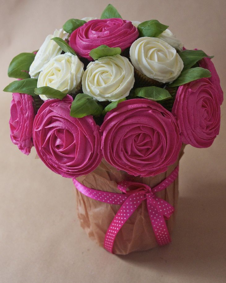 http://www.fashioncooking.fr/2012/10/octobre-rose-bouquet-de-cupcakes-rose-contre-le-cancer-du-sein/
