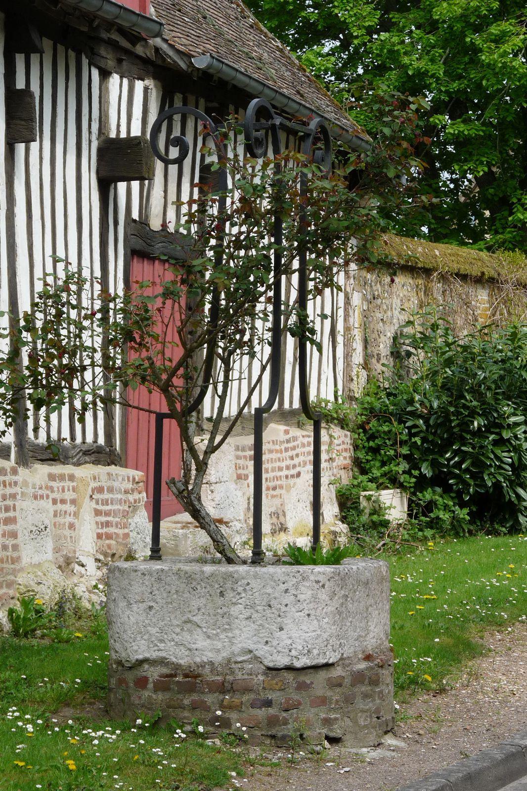 Deux très beaux puits de l'Ancien régime ornent le centre-bourg de Montaure (clichés Armand Launay, été 2013).